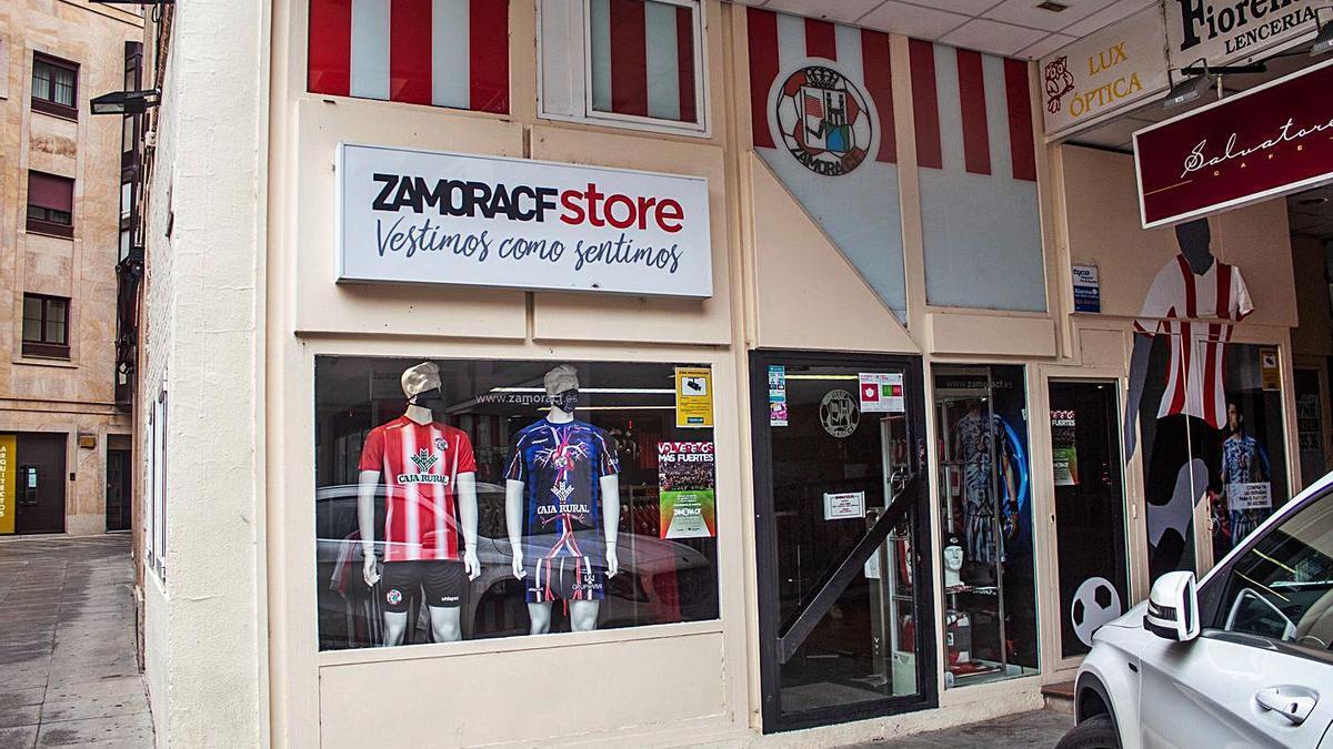El exterior de la tienda del Zamora CF, ayer. | Sara Rodríguez