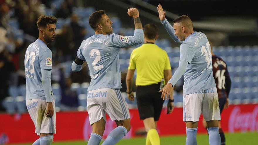 Hugo Mallo e Iago Aspas celebran un gol, bajo la mirada de Brais Méndez