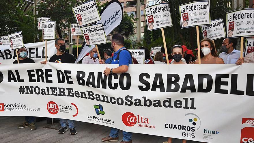 Protesta contra los 153 despidos del Sabadell