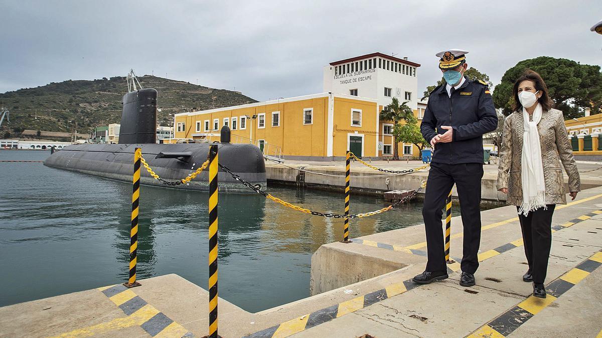 El jefe de Estado Mayor de la Armada y la ministra de Defensa recorren el muelle de submarinos del Arsenal. | URQUÍZAR