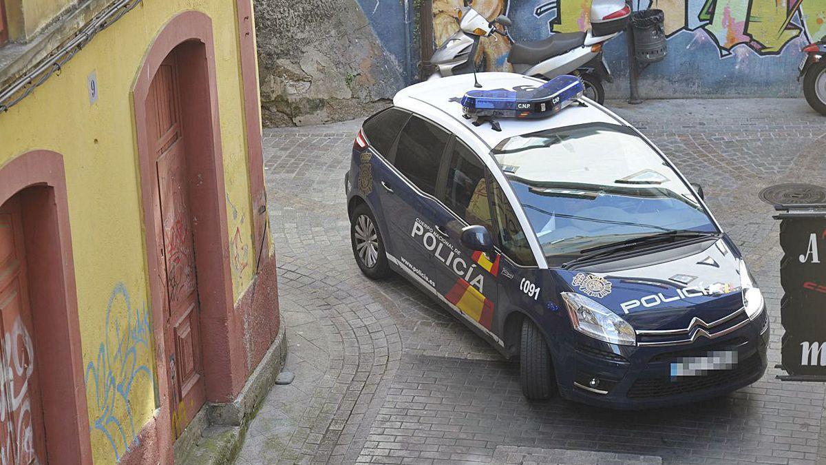 Una patrulla del 091 circula por una calle peatonal del centro de la ciudad.