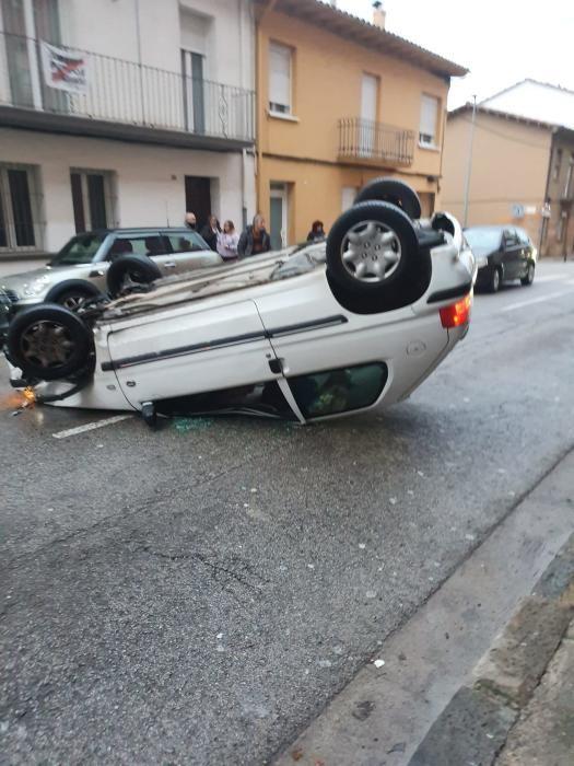 Un cotxe bolca a la carretera de Riudaura d'Olot