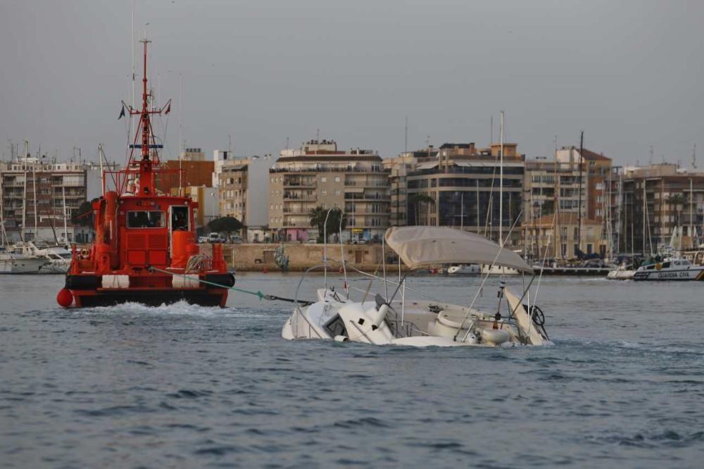 Remolque de la embarcación de recreo y extracción de los fardos