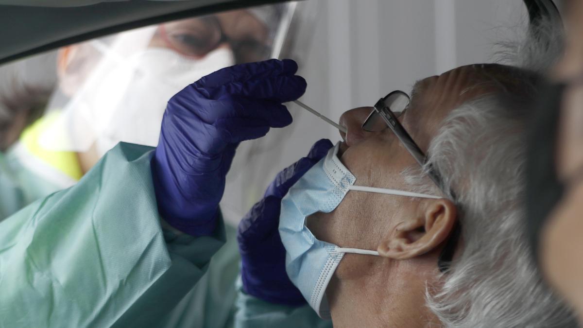 Una enfermera toma muestras para realizar una PCR.