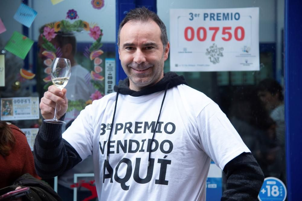 Uno de los dueños de la administración número 10 de Pamplona, Imanol Retegui, celebra el tercer premio.