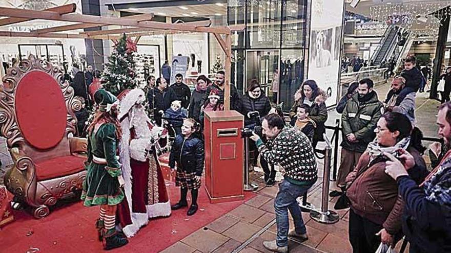 Papá Noel y su elfo visitan el Fan hasta la mañana de Nochebuena