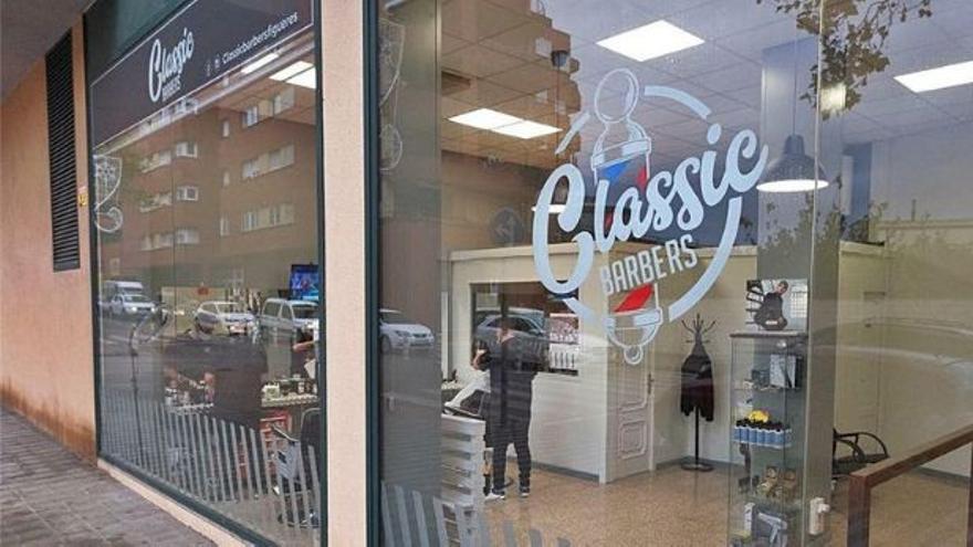 Classic Barbers sorteja un tall de cabell i afaitat