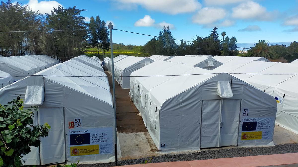 Denuncian el traslado de 19 menores al campamento de migrantes de Las Raíces (Tenerife)