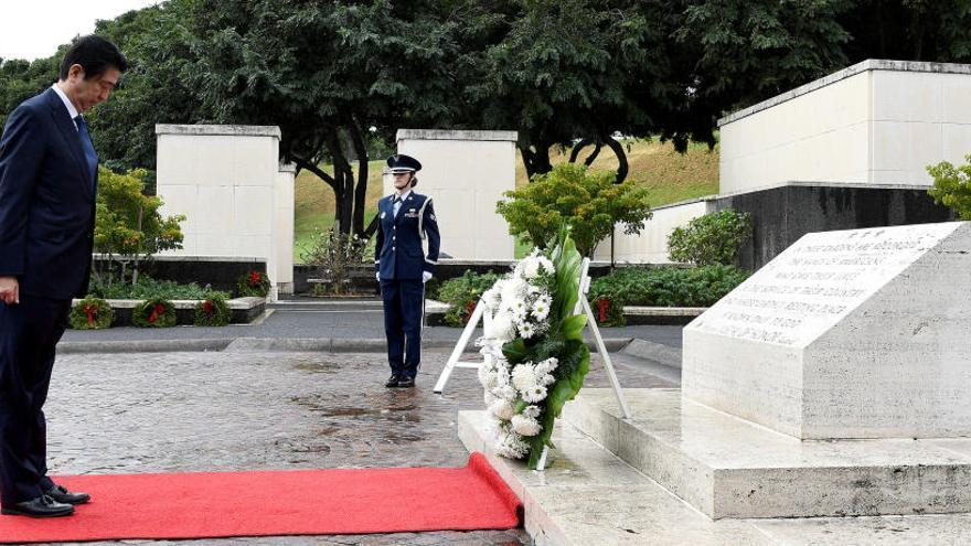 Shinzo Abe rinde homenaje a los muertos de Pearl Harbor