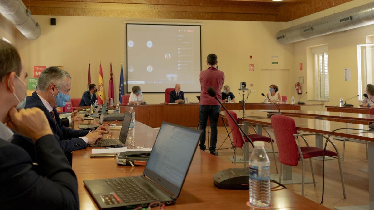 Reunión del Consejo Social de este jueves, con el vicerrector de Economía, segundo por la izquierda.