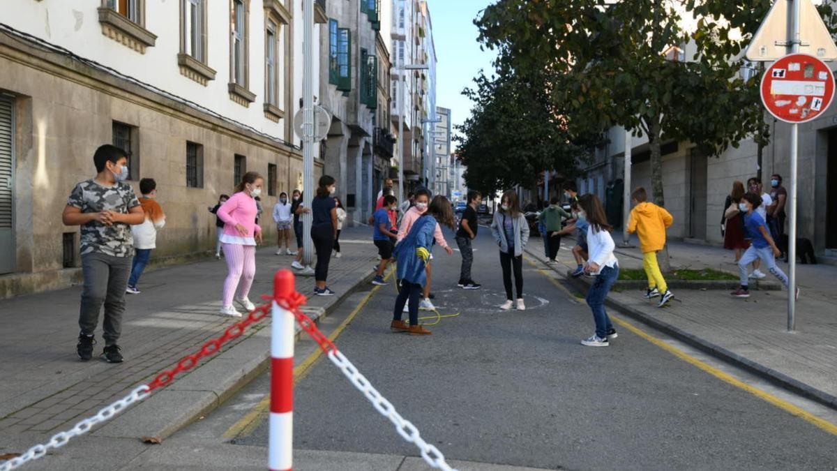 Los niños ayer en la calle a la altura del colegio.