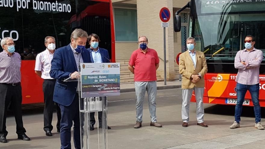 Soro presenta los nuevos autobuses de biometano que circularán entre Zaragoza y Cuarte de Huerva