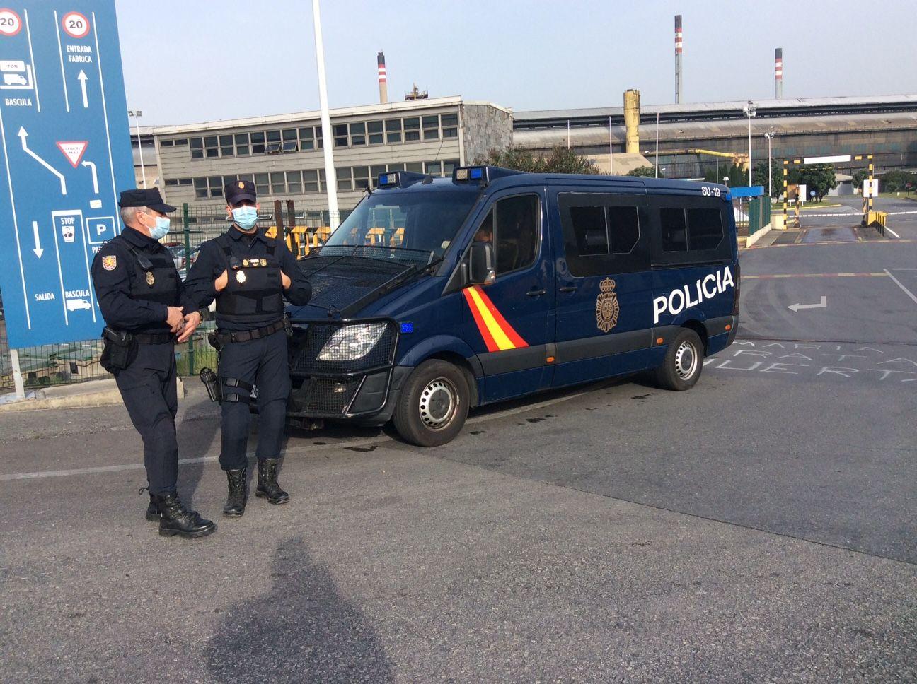 La Policía Nacional entra en las fábricas de Alu Ibérica de A Coruña y Avilés