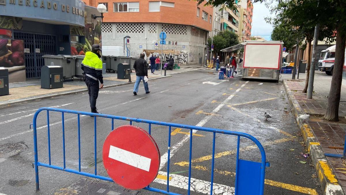 Imagen de un control a los accesos del mercado de Benalúa esta mañana.