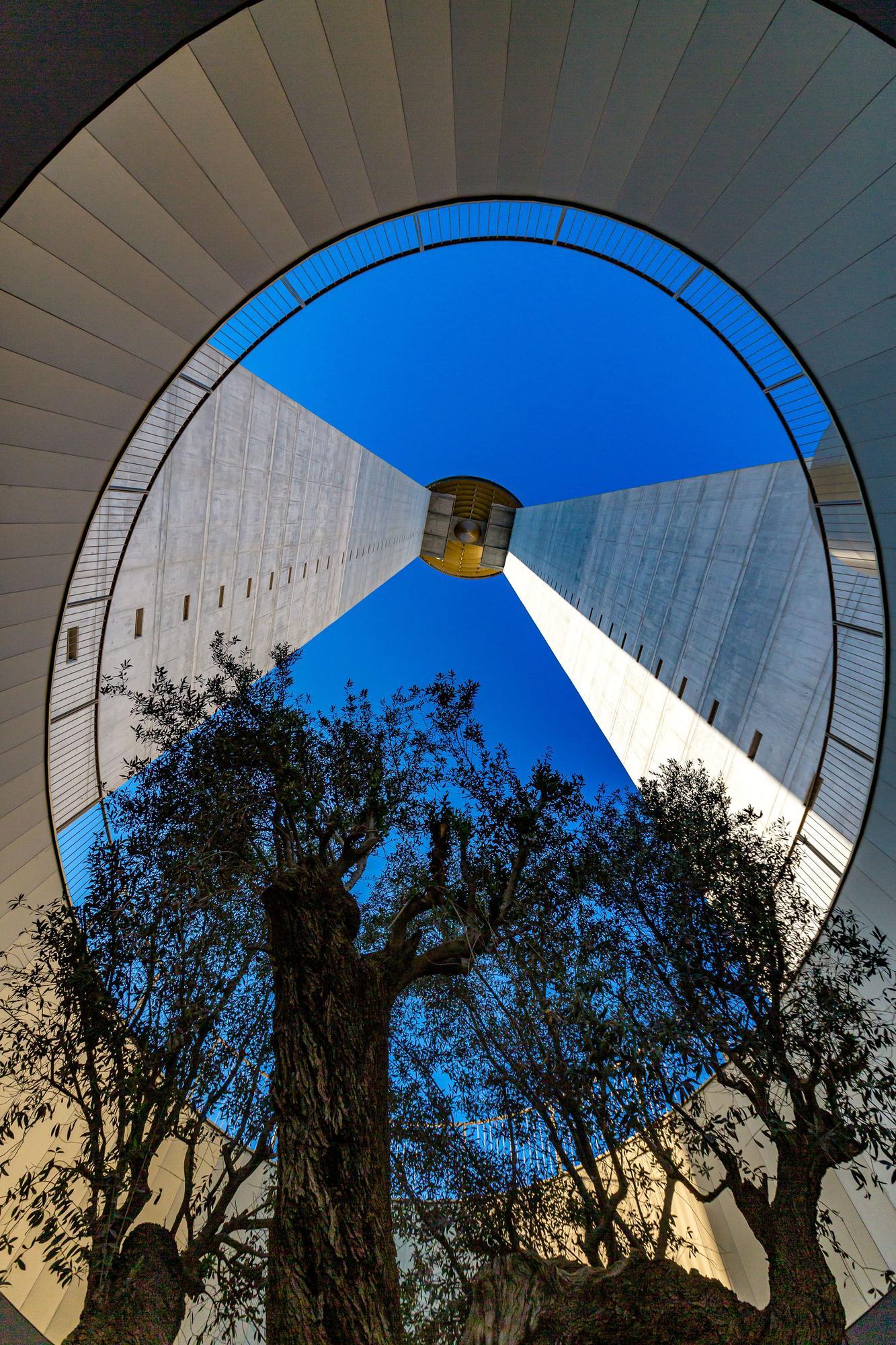 La torre InTempo cuelga la bandera 14 años después de empezar a construirse en Benidorm