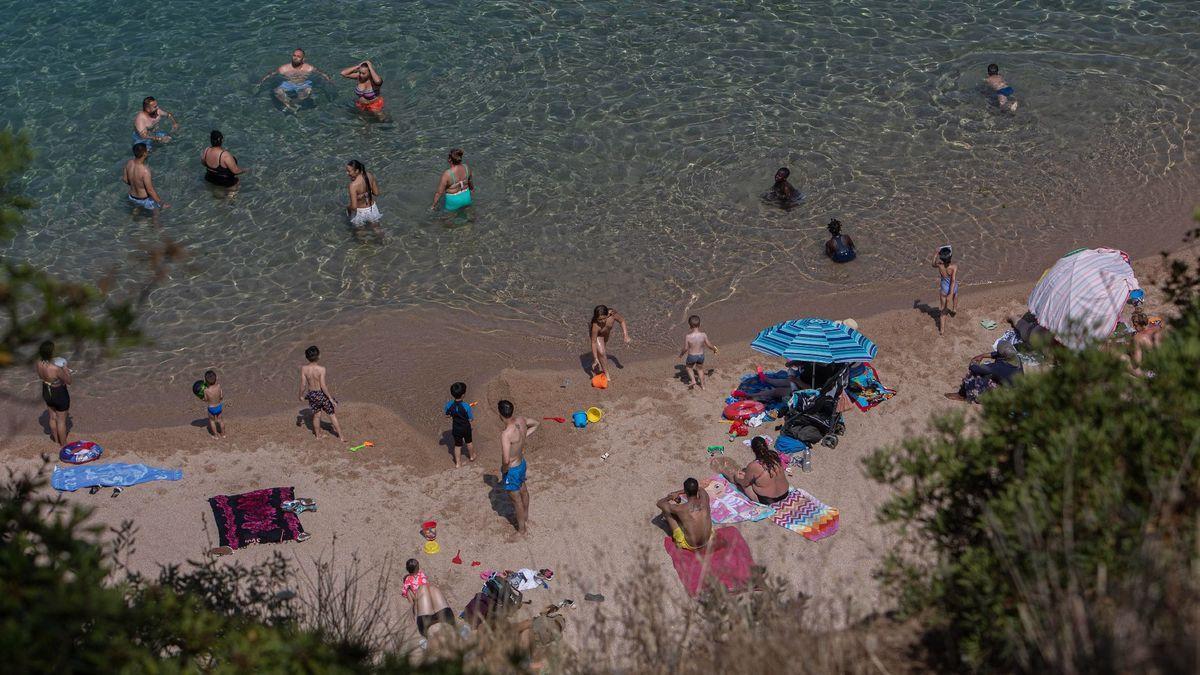 Gent banyant-se en una platja de Lloret de Mar, en una imatge d'arxiu