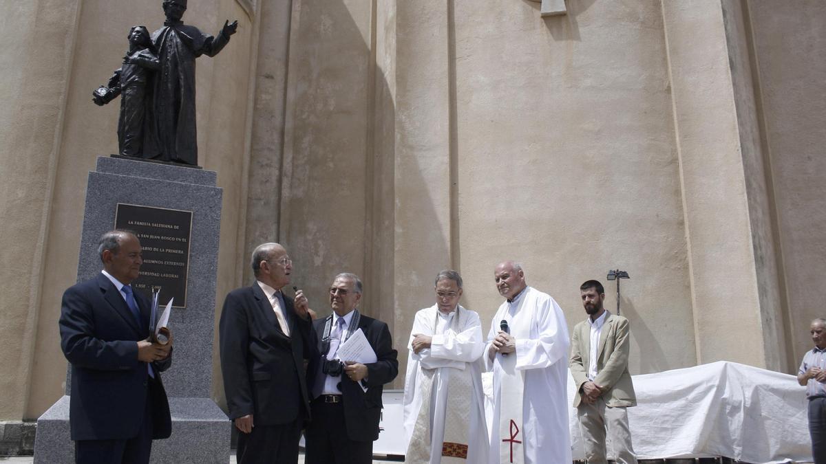 Inauguración de la estatua San Juan Bosco junto a la iglesia de María Auxiliadora de Zamora en la que participaron varios salesianos