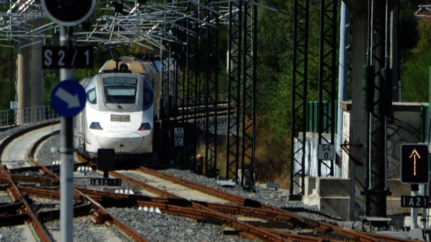 Suspendida la circulación en la línea de tren Monforte-Vigo debido a un socavón