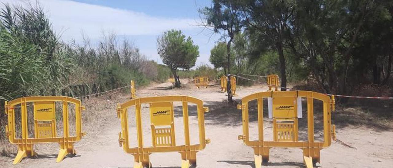 El parking de la playa de Massalfassar abrió el 9 de julio y  lleva 10 días cerrado. | L-EMV