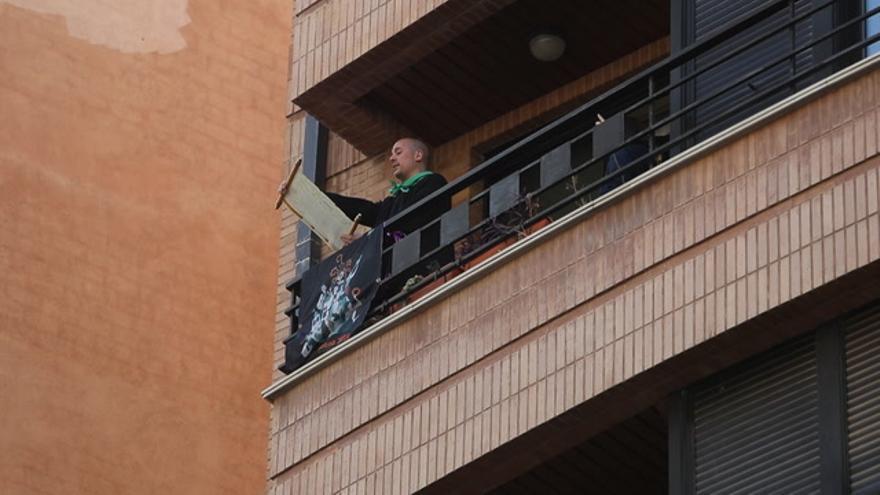 Pregó simbólico desde los balcones por el coronavirus