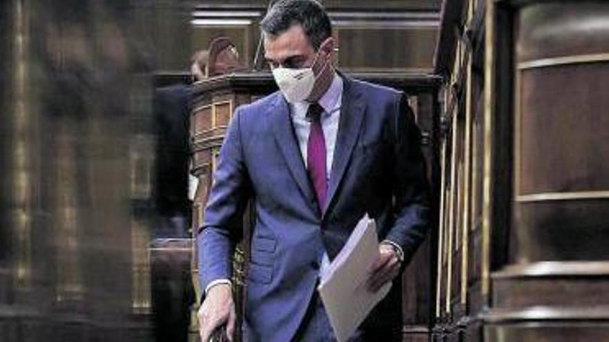 Pedro Sánchez abandona el estrado en un momento del pleno ayer.     EFE