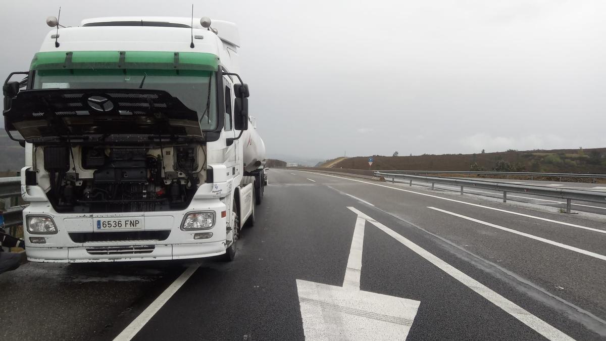 El camión de mercancías peligrosas afectado. // Emerxencias Lalín