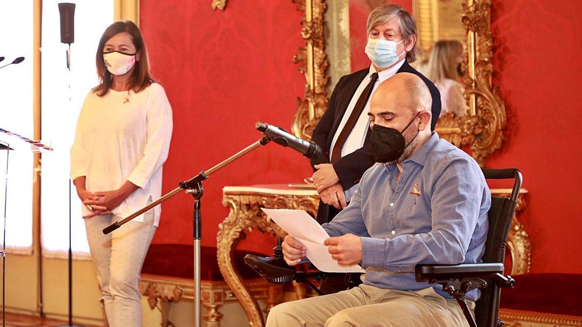 José Jaime Perelló Pulido lee ayer el manifiesto junto a Armengol y Thomàs. | CAIB