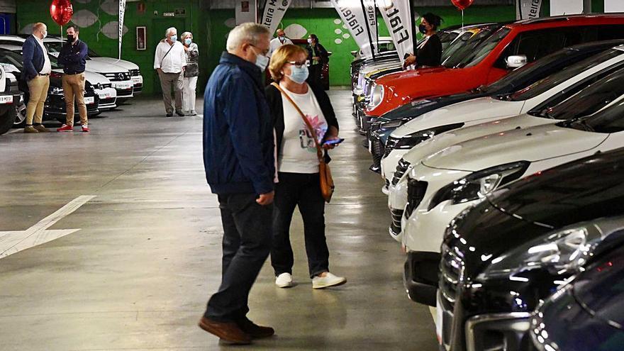 Feria de vehículos de ocasión en el 'parking' de Espacio Coruña