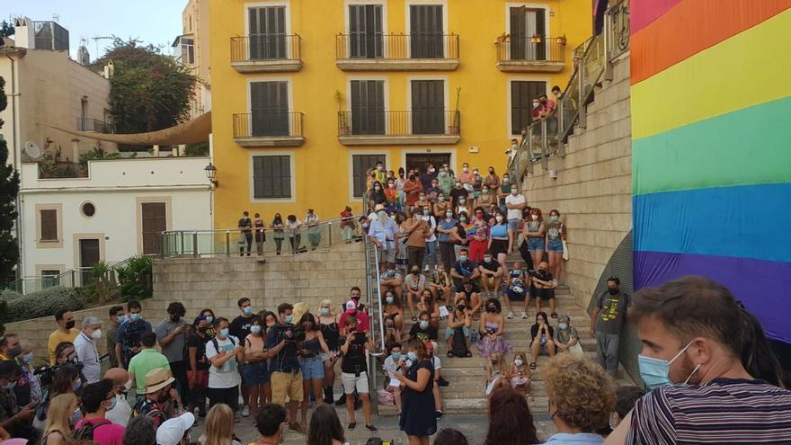 Cientos de personas se manifiestan en la plaza Mayor contra la LGTBIfobia