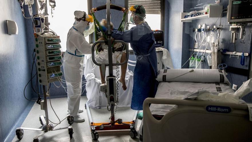 Los médicos alertan de que las UCI se llenarán en dos semanas si se mantiene el ritmo actual de ocupación