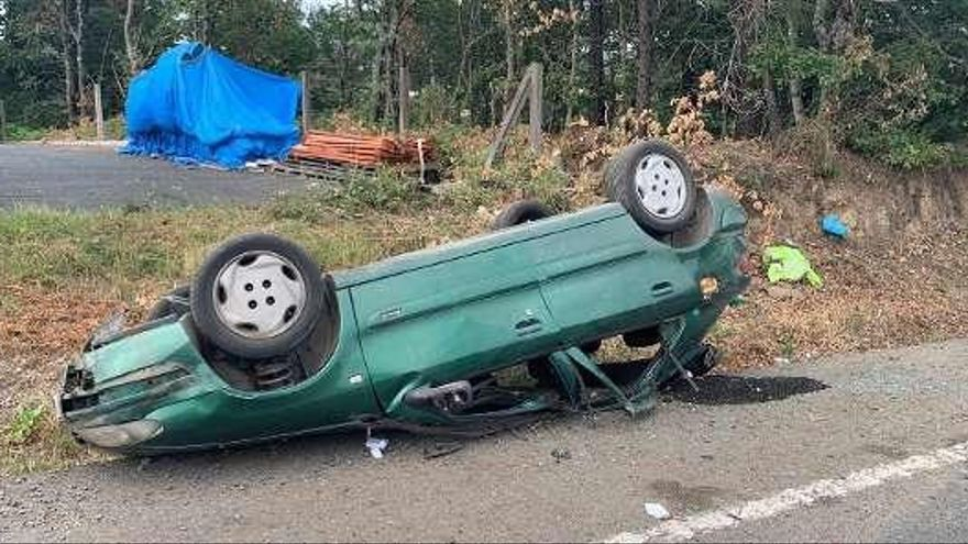 Un vecino de Callobre, ileso tras el vuelco de su coche en Liñares