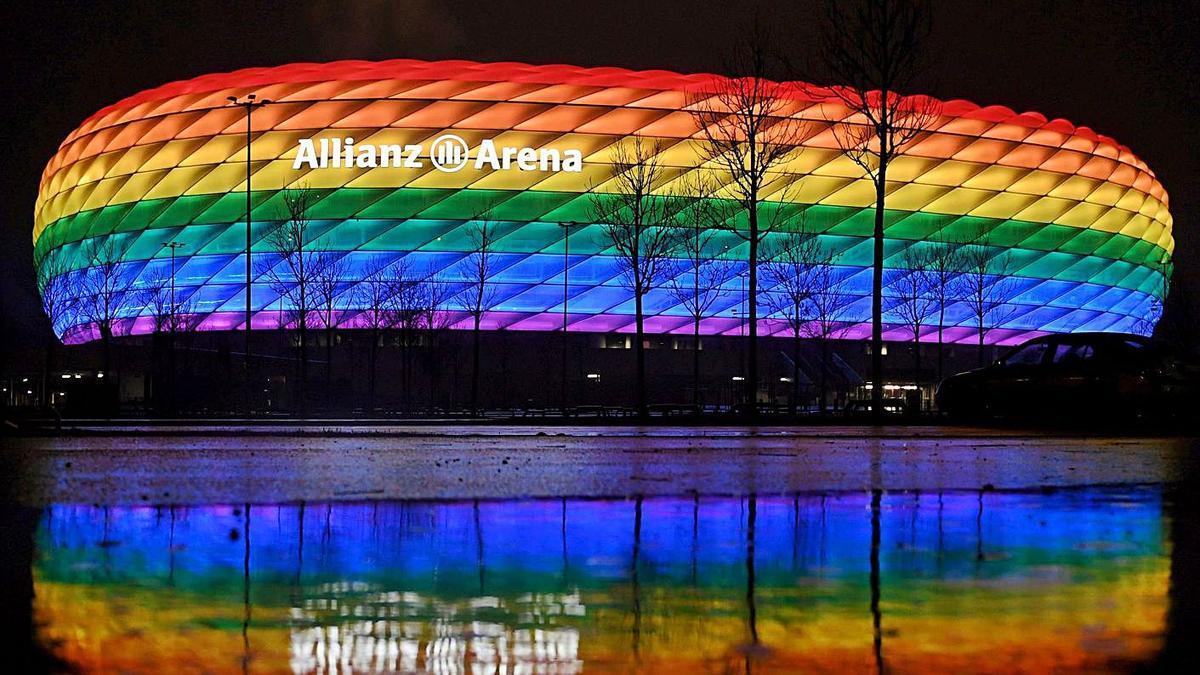 Una imagen del Allianz Arena iluminado con la bandera arcoiris en un partido de la Bundesliga. |  // REUTERS
