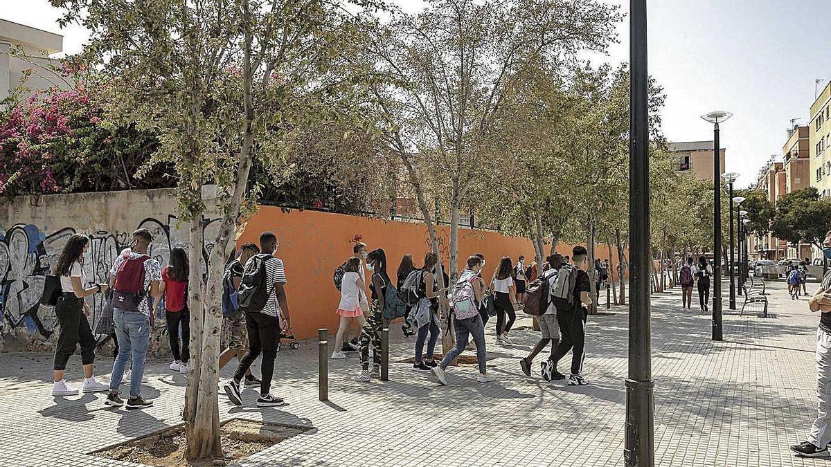 Jóvenes a la salida del Instituto Sureda i Blanes, en la zona.
