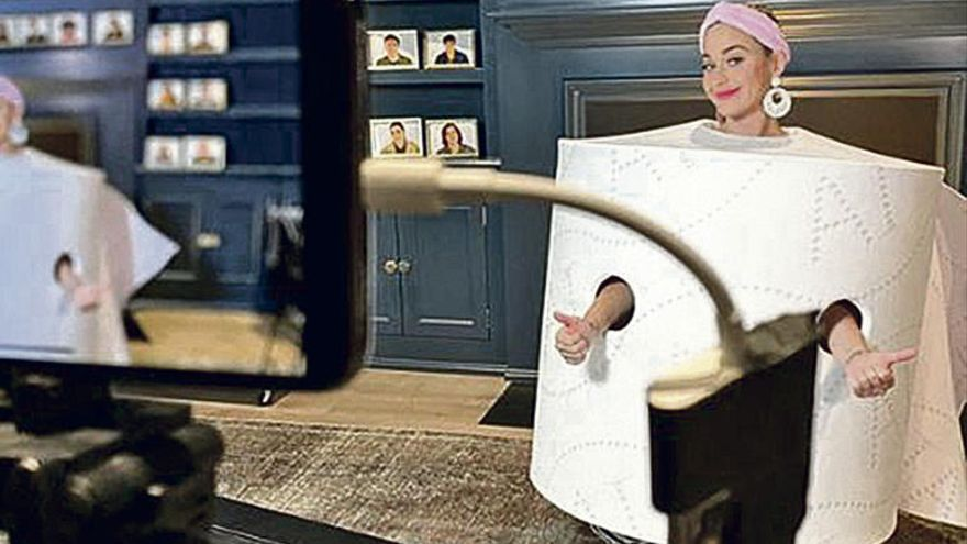 Katy Perry bromea sobre el confinamiento y se disfraza de papel higiénico