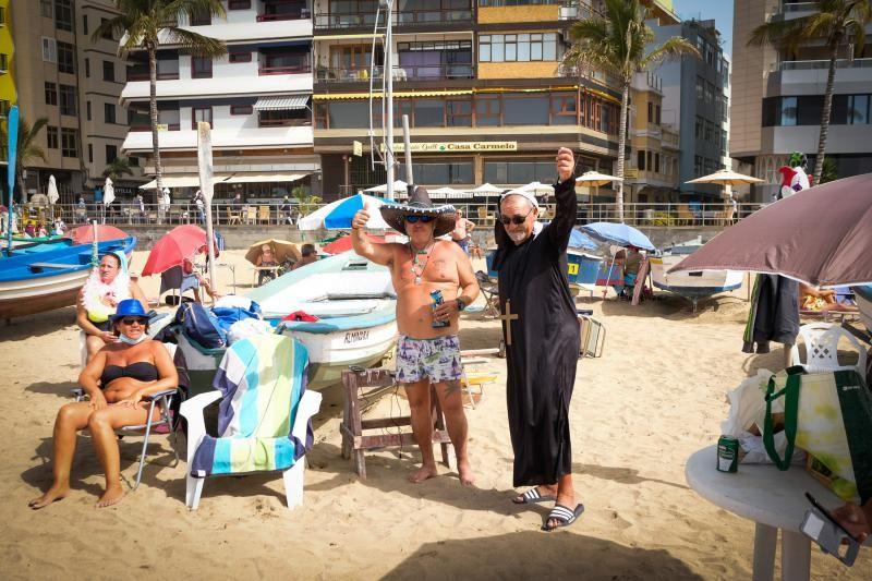 Día de playa y disfraces en un martes de carnaval atípico