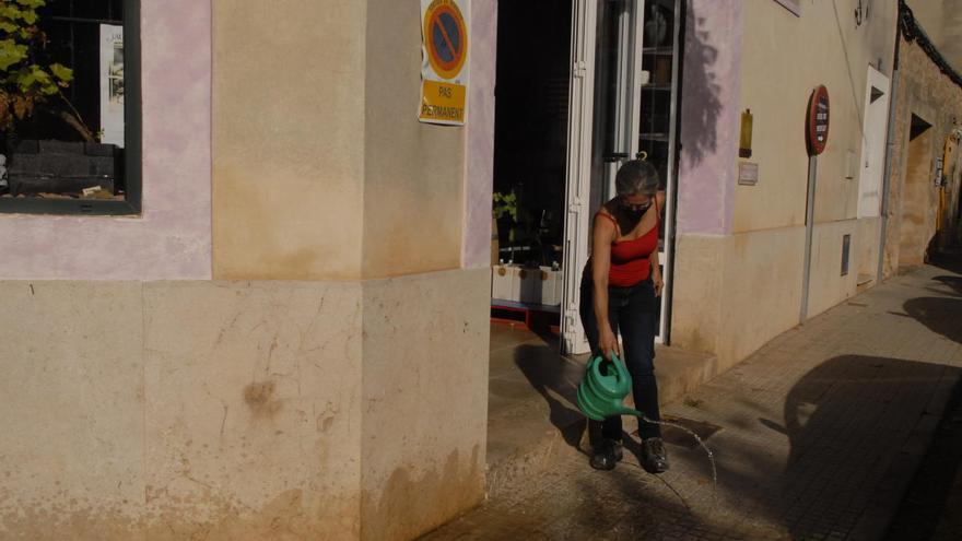 Brote de coronavirus: Colaboración vecinal en Santa Maria en la desinfección de calles tras los 56 positivos