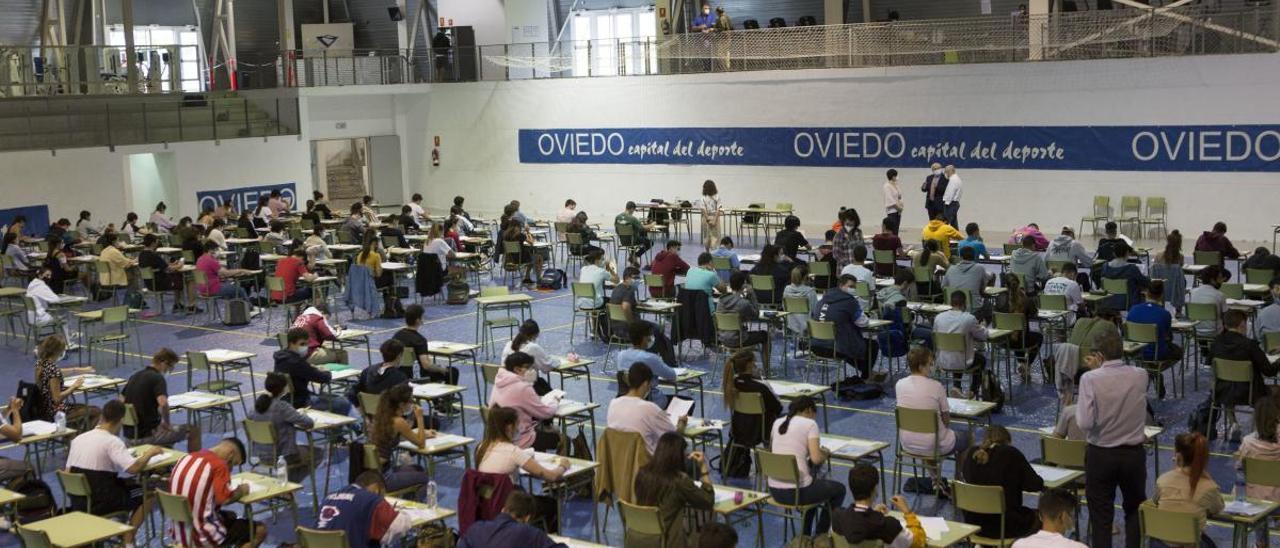 Estudiantes examinándose en Oviedo