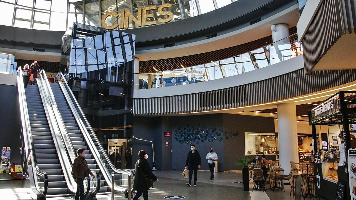 Zona de ocio del centro comercial, con área de restauración, cines y supermercado. | Pablo Solares