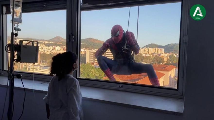 El Materno recibe la visita sorpresa de Spiderman