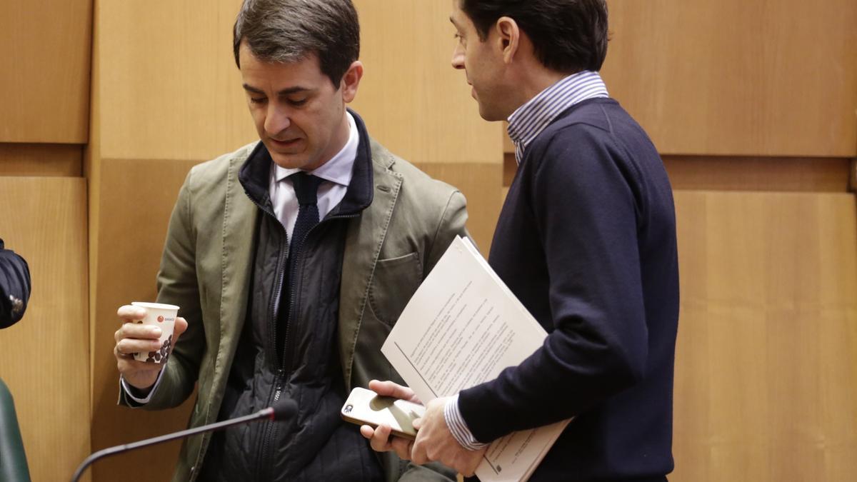Pedro Navarro y Sebastián Contín conversan en un pleno del Ayuntamiento de Zaragoza, en una imagen de archivo.