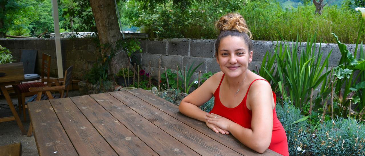 Elena González Martínez-Cue en una de las mesas de su terraza en la sidrería La Barca, en Cañu (Cangas de Onís)