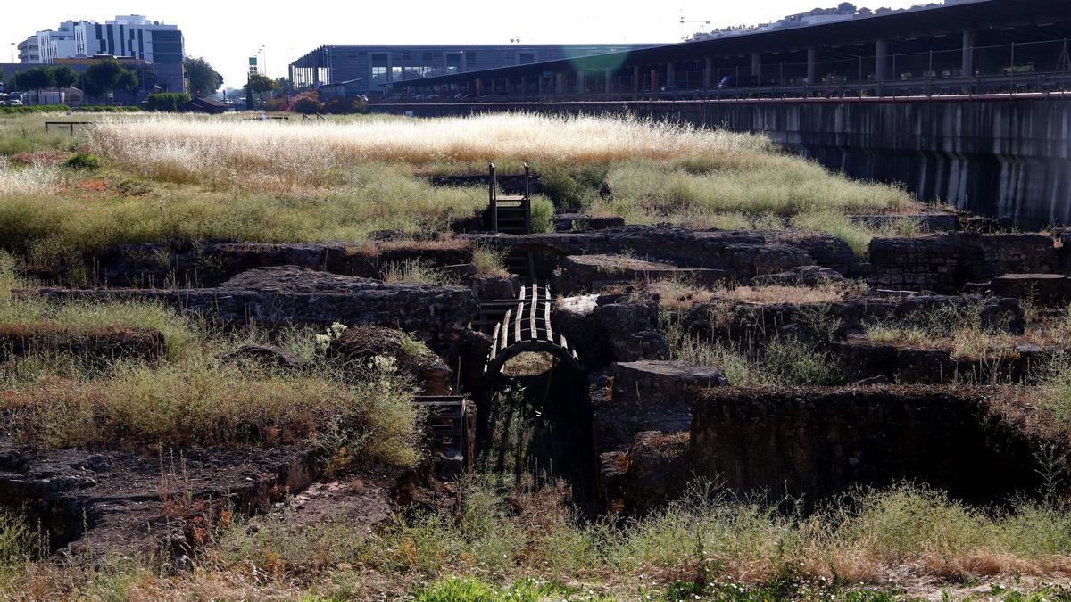 Vista de parte de los restos del yacimiento de Cercadilla con la Estación del AVE al fondo