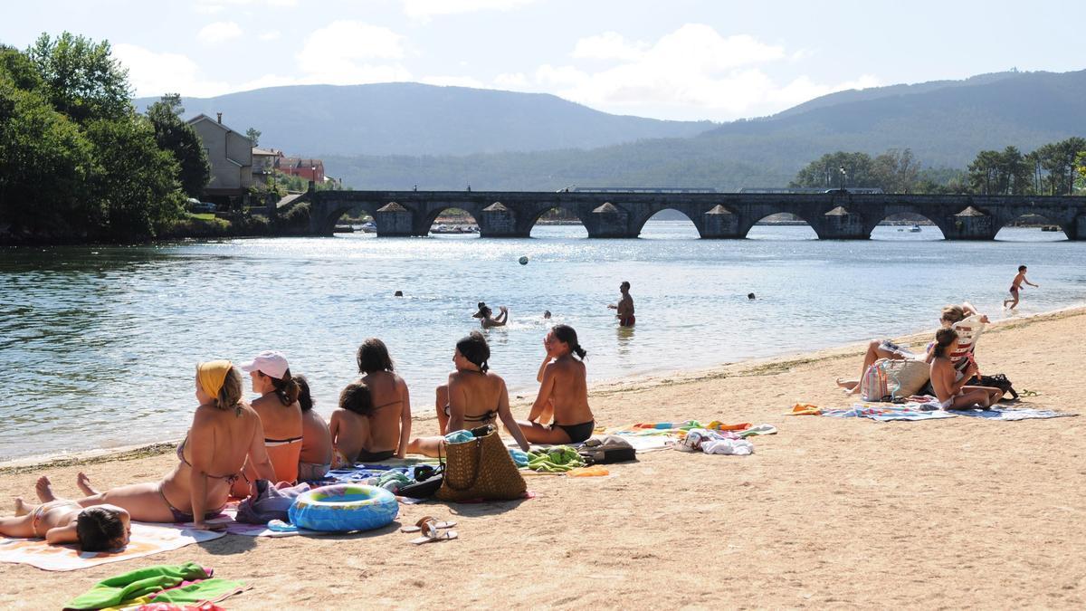Imagen de archivo de la playa fluvial de Pontesampaio