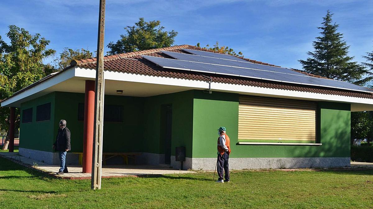 Instalaciones de autoconsumo, en el campo de fútbol de Santa Croya de Tera.   E. P.