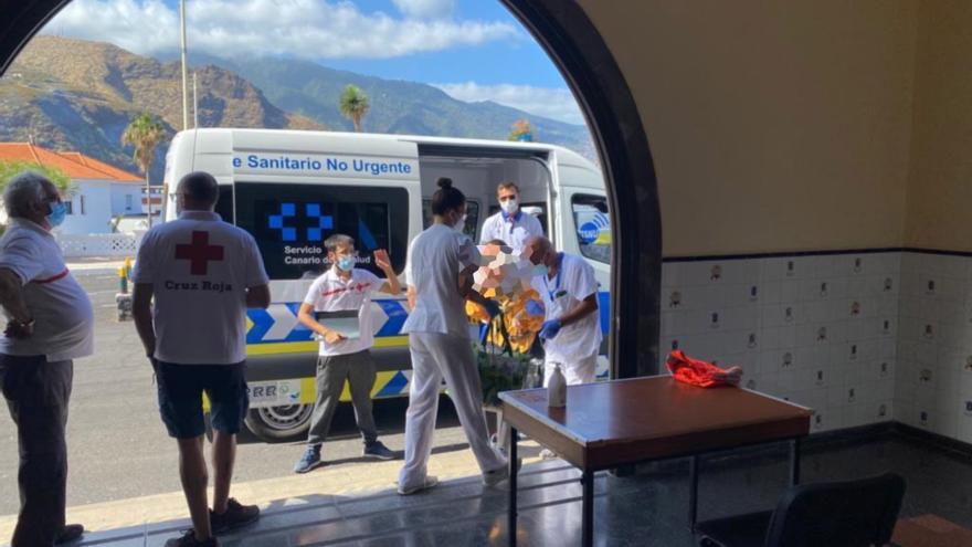 Personas con movilidad reducida evacuadas por la erupción de La Palma reciben atención sanitaria