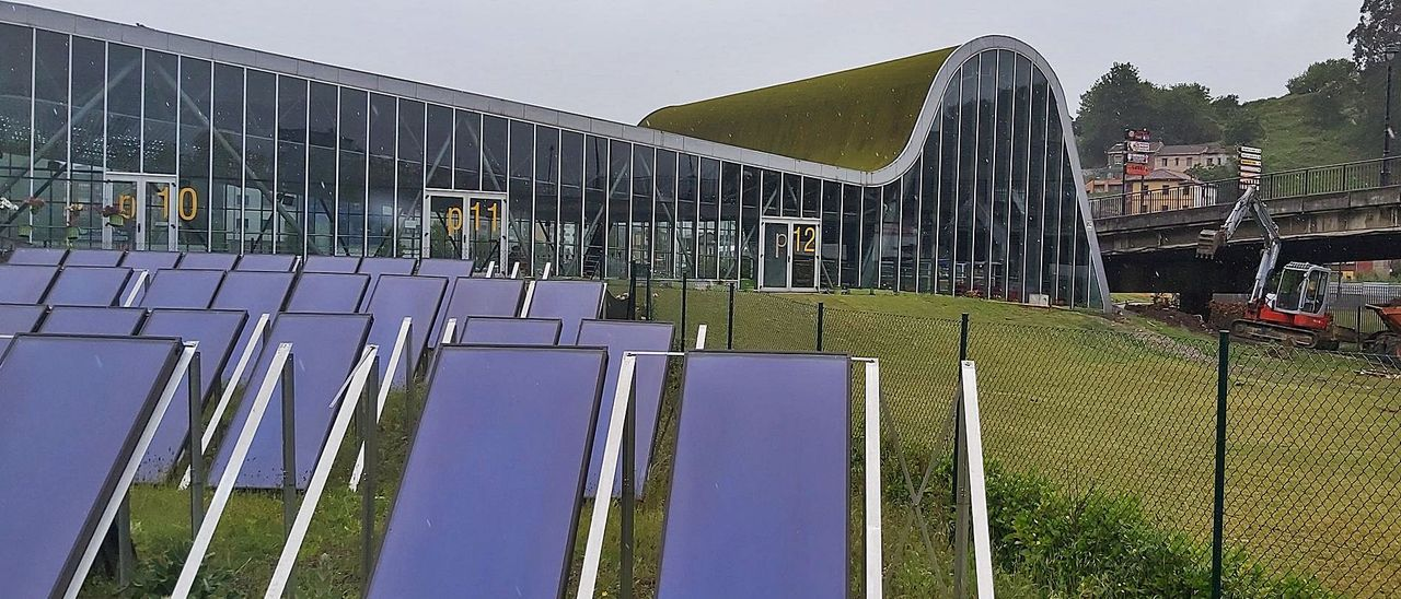 "El parque de paneles solares del pabellón deportivo ""Juan Carlos Beiro"" de Langreo. | E. P."