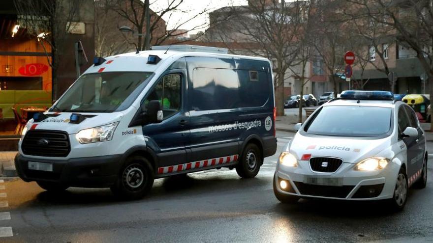 Los detenidos llegan en un furgón de los Mosssos.