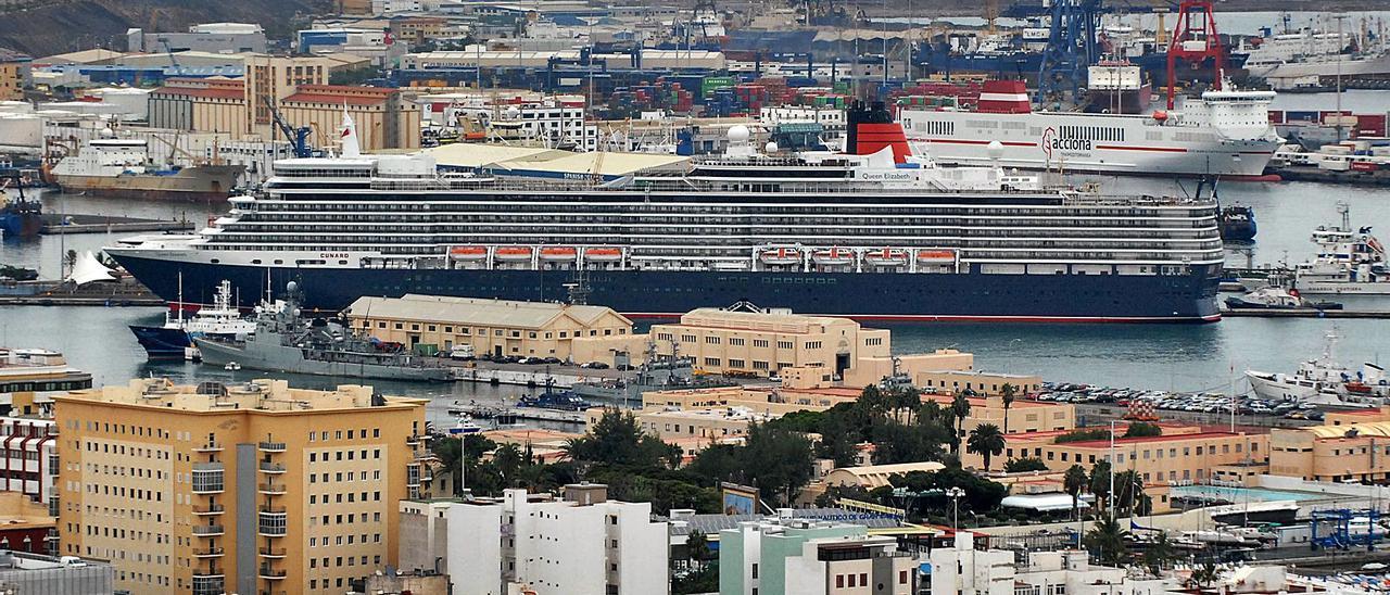 El 'Queen Elizabeth', durante su escala inaugural en Las Palmas de Gran Canaria en octubre de 2010. | | SANTI BLANCO