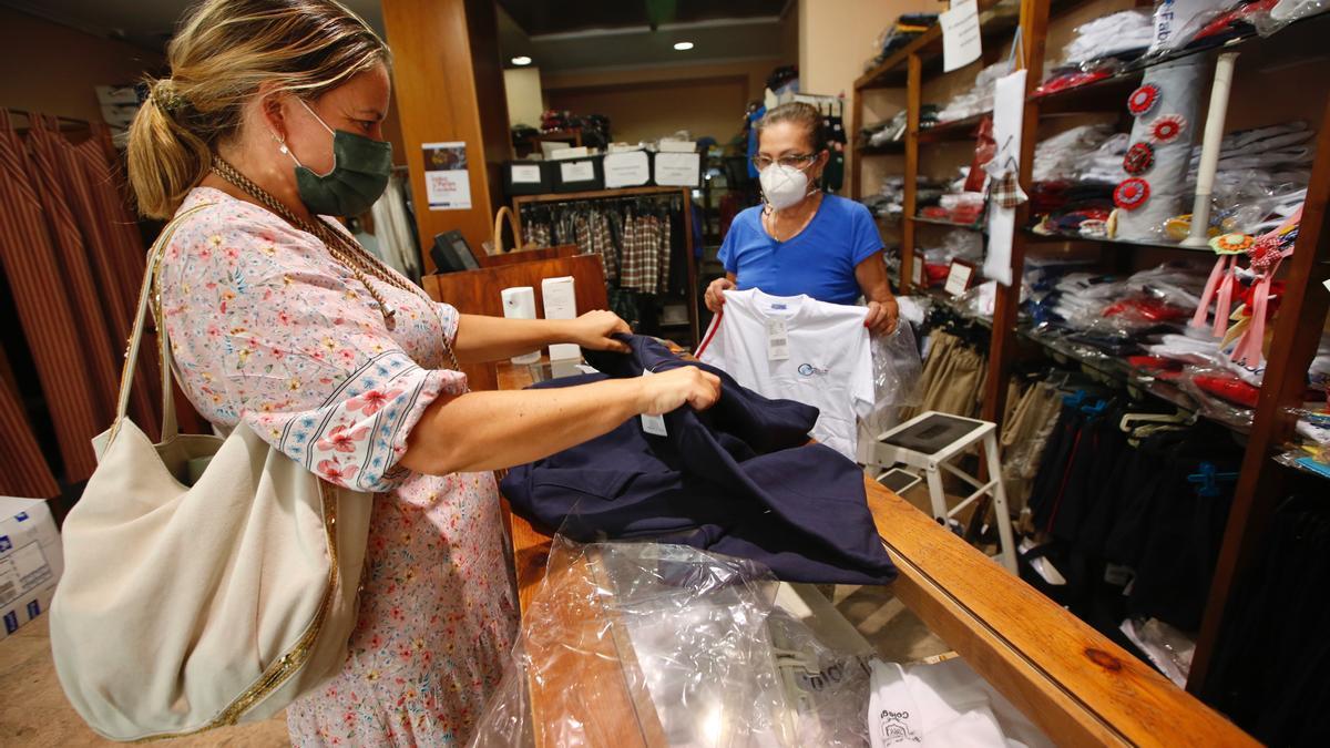 Una mujer compra en una tienda de ropa.