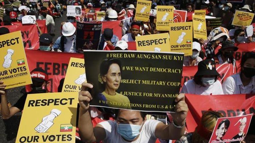 Suu Kyi comparece ante la justicia militar antes de lo previsto y sin abogado